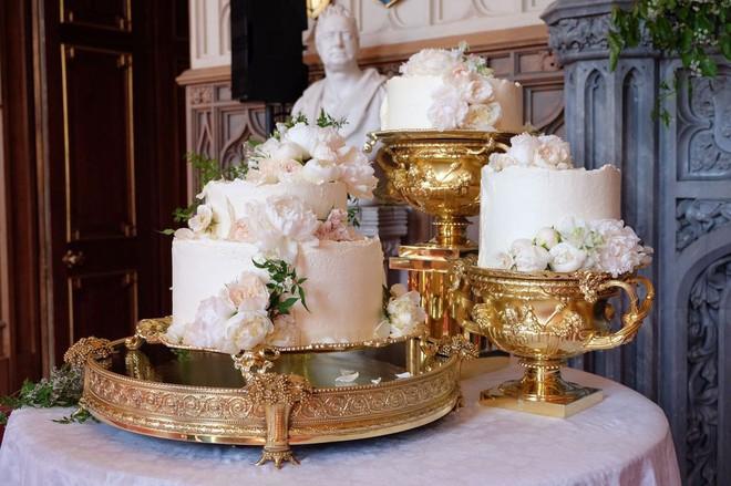 """Đây rồi: Hình ảnh chiếc bánh cưới Hoàng gia vốn được giữ """"tuyệt mật"""" giờ đã lộ diện đẹp mê mẩn thế này - Ảnh 1."""