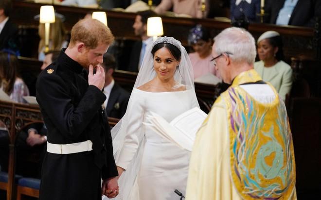 Đám cưới hoàng gia Anh: Hôn lễ kết thúc, cô dâu chú rể trao nhau nụ hôn ngọt ngào trước toàn thể mọi người - Ảnh 49.