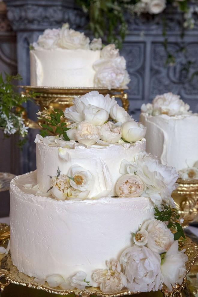 """Đây rồi: Hình ảnh chiếc bánh cưới Hoàng gia vốn được giữ """"tuyệt mật"""" giờ đã lộ diện đẹp mê mẩn thế này - Ảnh 3."""