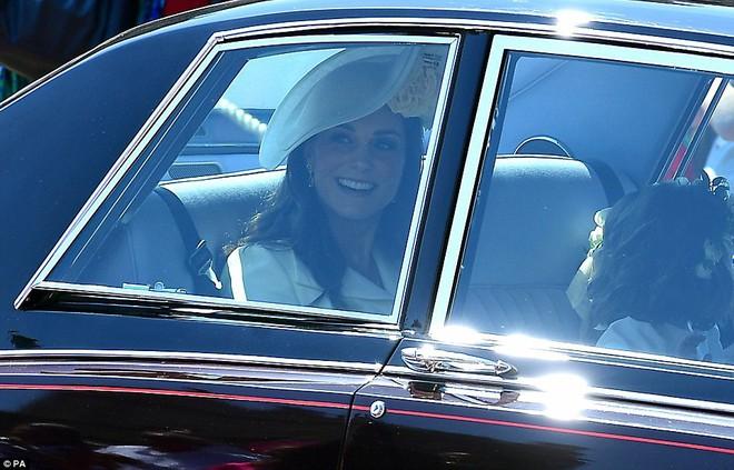 Hôm nay đám cưới em chồng, không phải ngẫu nhiên mà công nương Kate mặc lại kiểu váy cũ này - Ảnh 1.
