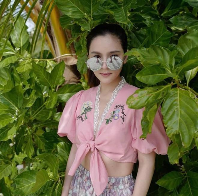 """Dù năm nay đã 30 lại có vóc dáng mi nhon nhưng nàng """"Song Hye Kyo"""" Thái Lan vẫn diện đồ đẹp hết chỗ chê - Ảnh 1."""