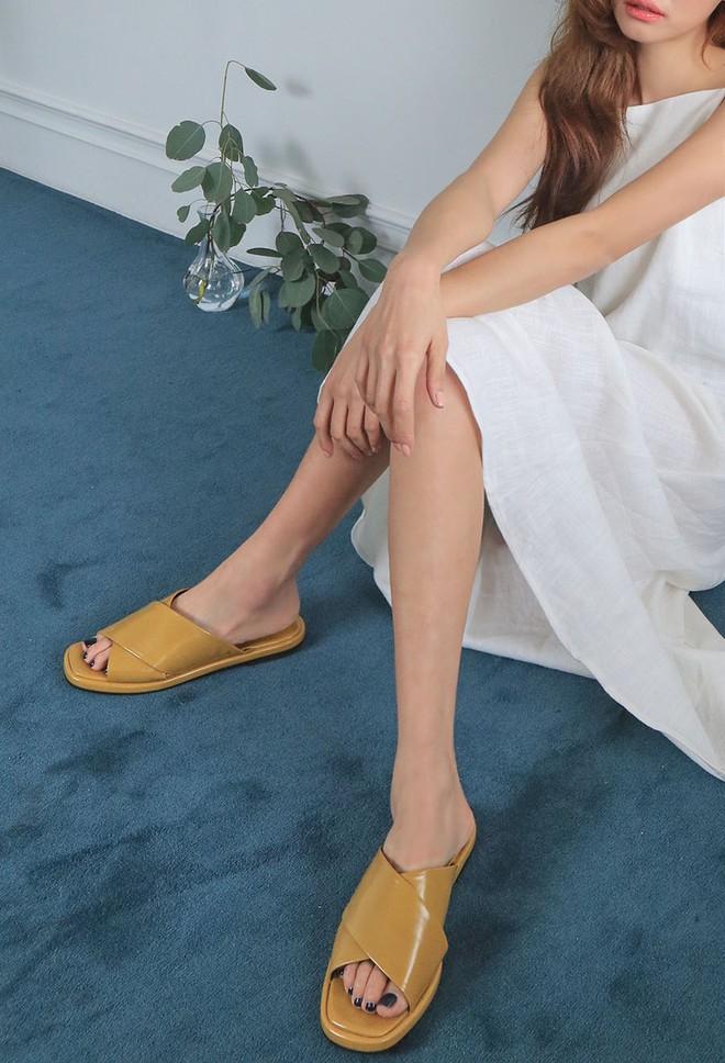Khoanh vùng ngay 3 mẫu dép bệt này, vì đi lên chân nhìn còn sang hơn cả giày cao gót  - Ảnh 1.