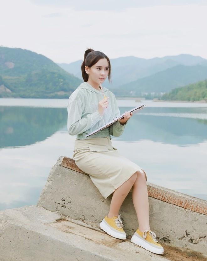 """Dù năm nay đã 30 lại có vóc dáng mi nhon nhưng nàng """"Song Hye Kyo"""" Thái Lan vẫn diện đồ đẹp hết chỗ chê - Ảnh 5."""