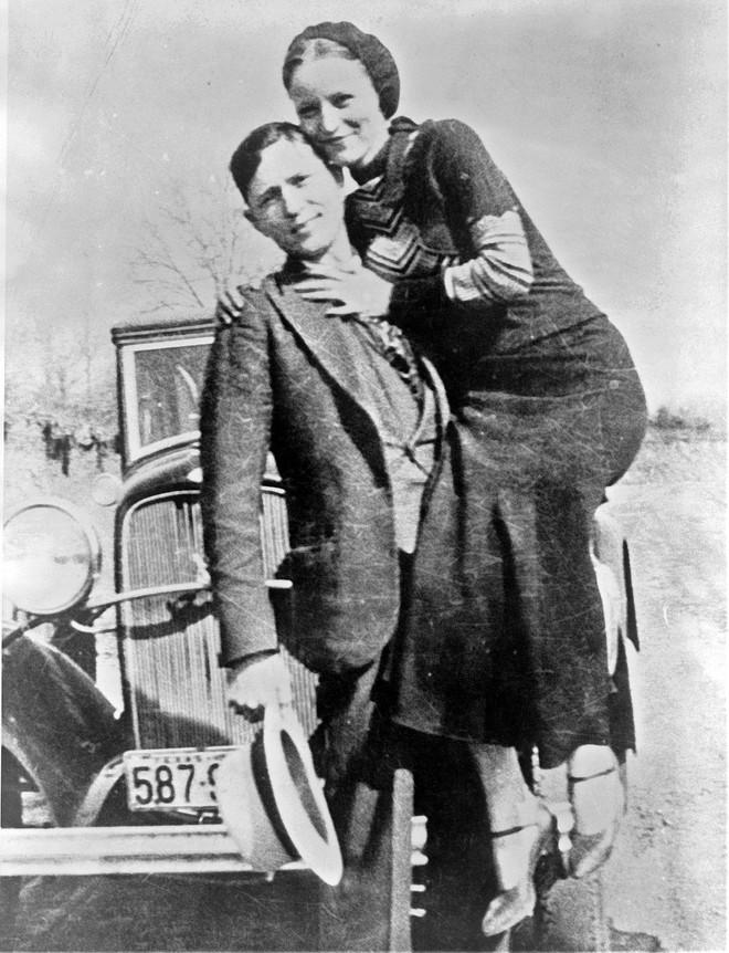 Bonnie và Clyde: Khao khát nổi tiếng nhưng trở thành cặp sát thủ khiến nước Mỹ khiếp sợ, chết đi mới hoàn thành tâm nguyện, được hàng ngàn người đưa tang - Ảnh 3.