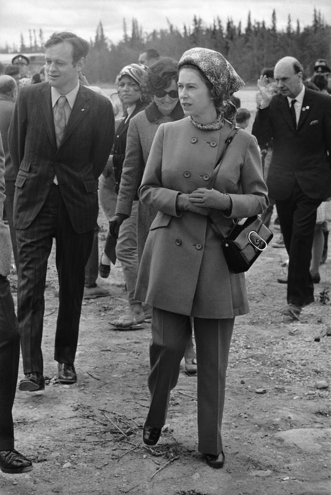 Uẩn khúc đằng sau việc Nữ hoàng Anh chỉ toàn diện váy mà hiếm khi mặc quần dài - Ảnh 2.