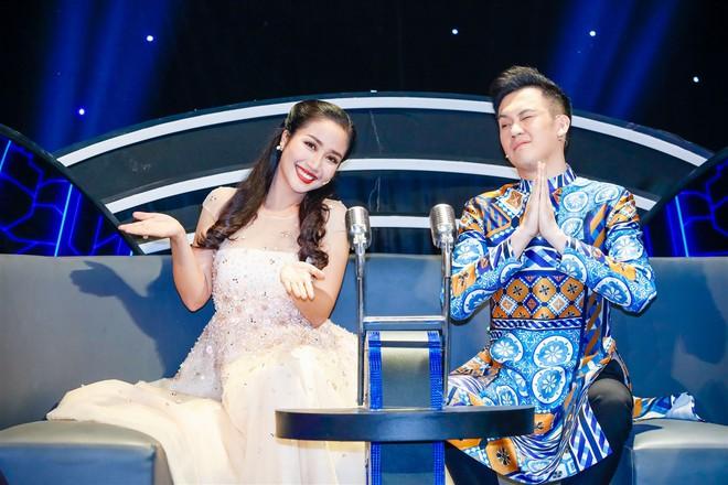 Xem thí sinh trình diễn, Ốc Thanh Vân xúc động nhớ về người mẹ hi sinh bảo vệ con trong đám cháy - Ảnh 1.