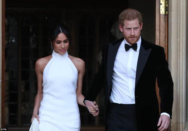 Tiếp tục là một bộ váy trơn tinh giản, tân công nương Meghan e ấp bên hoàng tử Harry tại buổi tiệc tối sau lễ cưới - Ảnh 3.