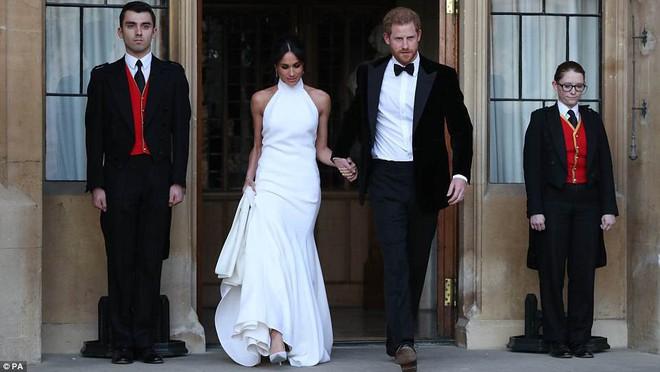 Tiếp tục là một bộ váy trơn tinh giản, tân công nương Meghan e ấp bên hoàng tử Harry tại buổi tiệc tối sau lễ cưới - Ảnh 4.