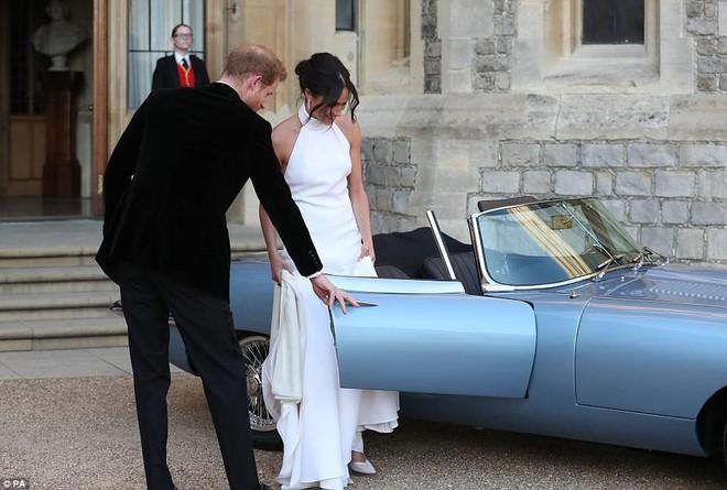 Tiếp tục là một bộ váy trơn tinh giản, tân công nương Meghan e ấp bên hoàng tử Harry tại buổi tiệc tối sau lễ cưới - Ảnh 5.