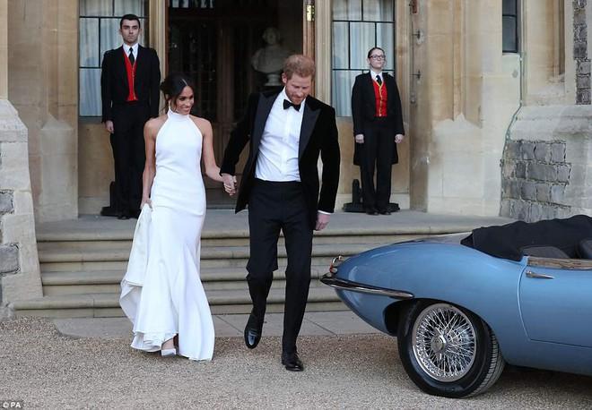Tiếp tục là một bộ váy trơn tinh giản, tân công nương Meghan e ấp bên hoàng tử Harry tại buổi tiệc tối sau lễ cưới - Ảnh 6.