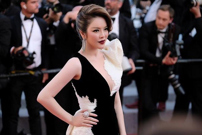 Lý Nhã Kỳ tạm biệt thảm đỏ LHP Cannes 2018 bằng một bộ đầm đen trắng huyền bí đến không tưởng - Ảnh 4.