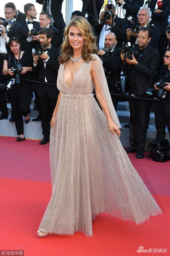 Thảm đỏ Cannes ngày bế mạc: Người nỗ lực diện váy áo xuyên thấu khoe thân, kẻ bị lộ nội y kém duyên  - Ảnh 11.