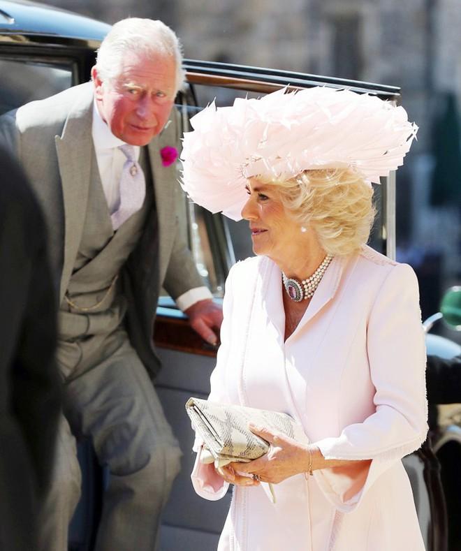 Mặc nguyên một cây hồng với mũ lông, nhìn nữ công tước này mà nghĩ ngay đến cô nàng lắm chiêu Angela Phương Trinh - Ảnh 2.