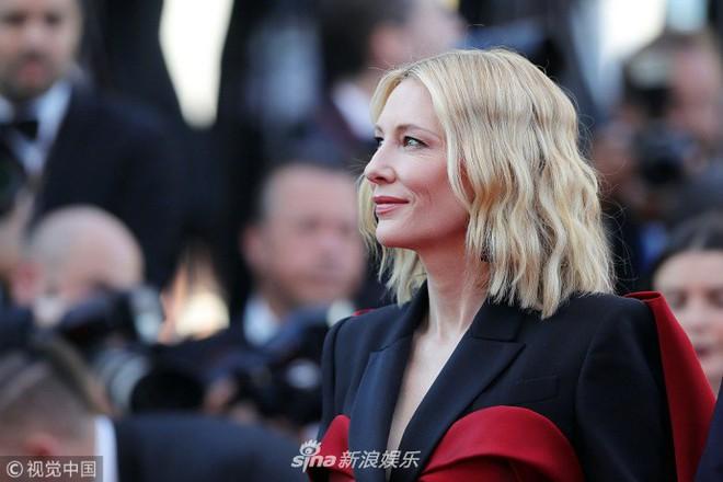 Thảm đỏ Cannes ngày bế mạc: Người nỗ lực diện váy áo xuyên thấu khoe thân, kẻ bị lộ nội y kém duyên  - Ảnh 2.