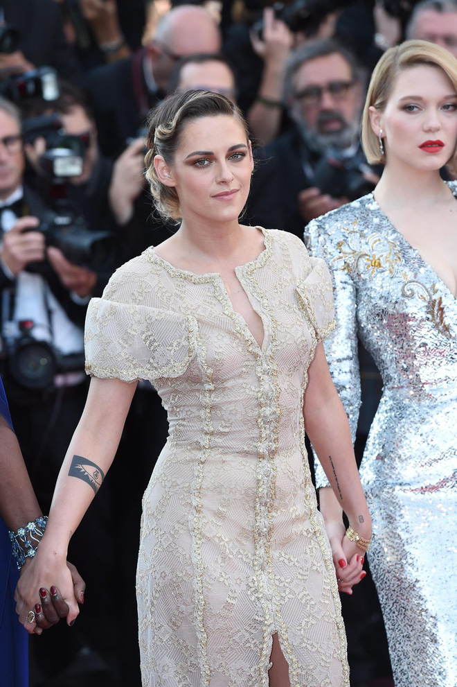 Thảm đỏ Cannes ngày bế mạc: Người nỗ lực diện váy áo xuyên thấu khoe thân, kẻ bị lộ nội y kém duyên  - Ảnh 4.