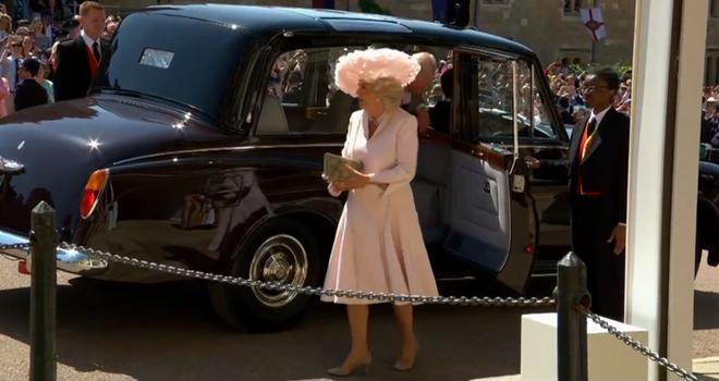 Mặc nguyên một cây hồng với mũ lông, nhìn nữ công tước này mà nghĩ ngay đến cô nàng lắm chiêu Angela Phương Trinh - Ảnh 1.