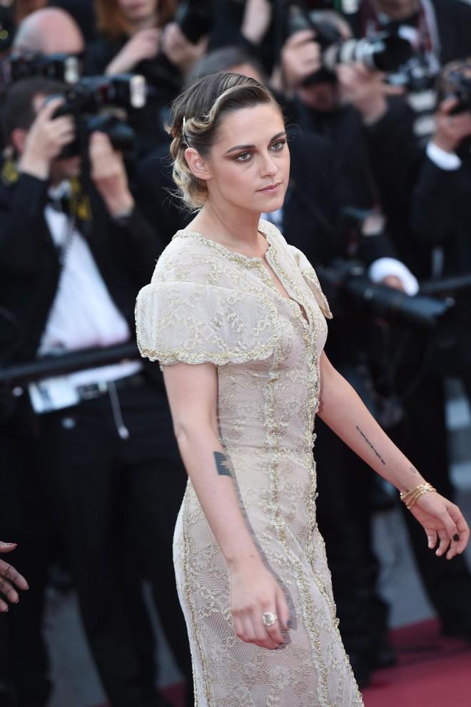 Thảm đỏ Cannes ngày bế mạc: Người nỗ lực diện váy áo xuyên thấu khoe thân, kẻ bị lộ nội y kém duyên  - Ảnh 5.