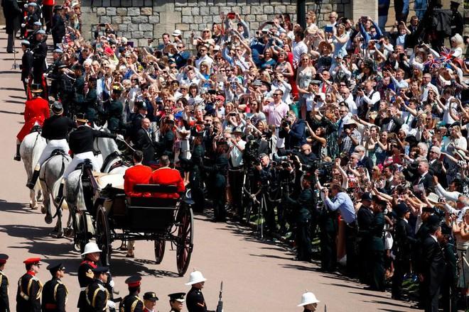 Đám cưới hoàng gia Anh: Hôn lễ kết thúc, cô dâu chú rể trao nhau nụ hôn ngọt ngào trước toàn thể mọi người - Ảnh 56.