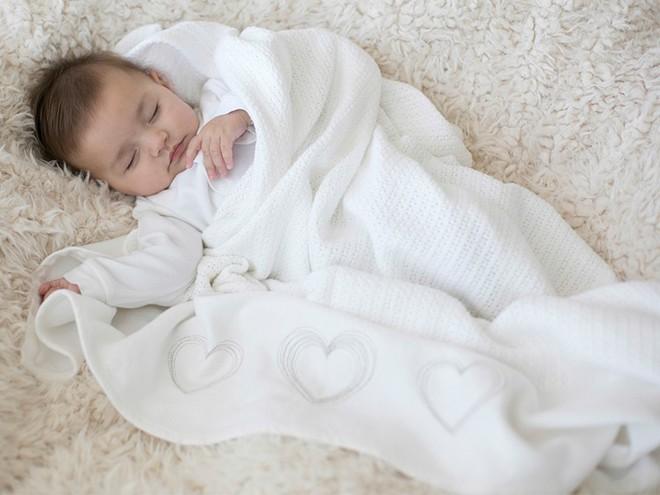 Đắp chăn cho trẻ nhỏ khi ngủ, bố mẹ nhất định phải nhớ nguyên tắc tối quan trọng này - Ảnh 1.