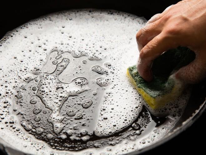 5 cách làm sạch vết bẩn ở xoong, nồi từ những nguyên liệu rẻ tiền sẵn có trong bếp - Ảnh 4.