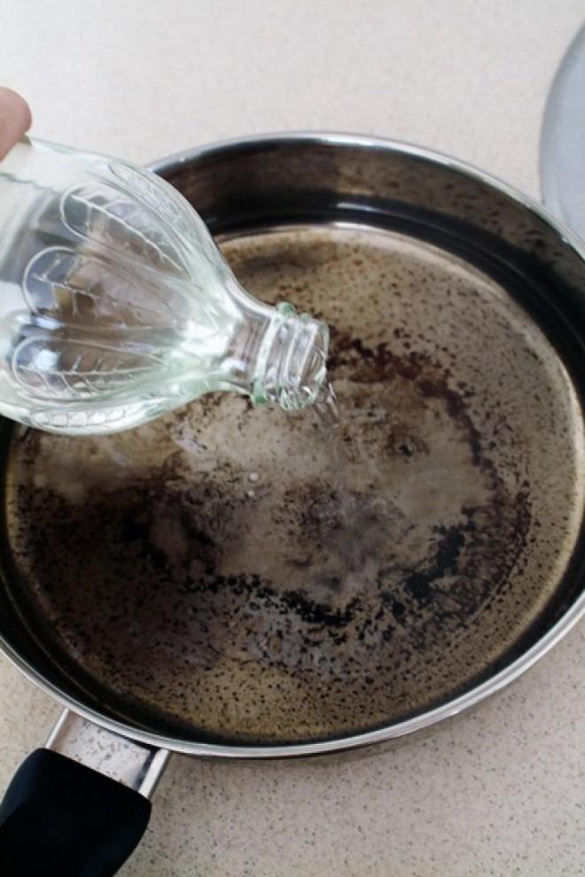 5 cách làm sạch vết bẩn ở xoong, nồi từ những nguyên liệu rẻ tiền sẵn có trong bếp - Ảnh 3.