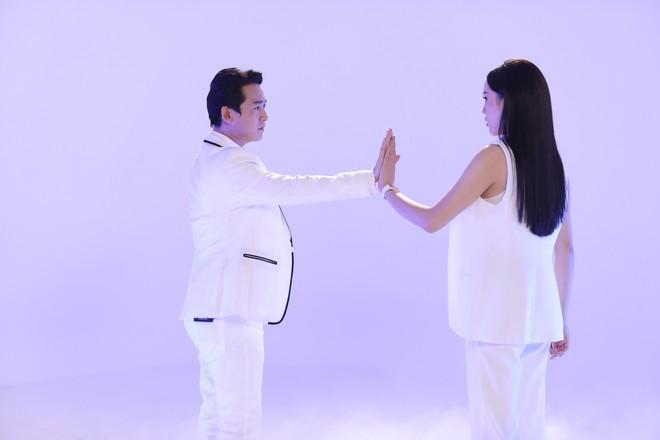 Ngọt ngào cảnh Hứa Vĩ Văn nắm chặt tay, hôn má Hoa hậu Kỳ Duyên - Ảnh 2.