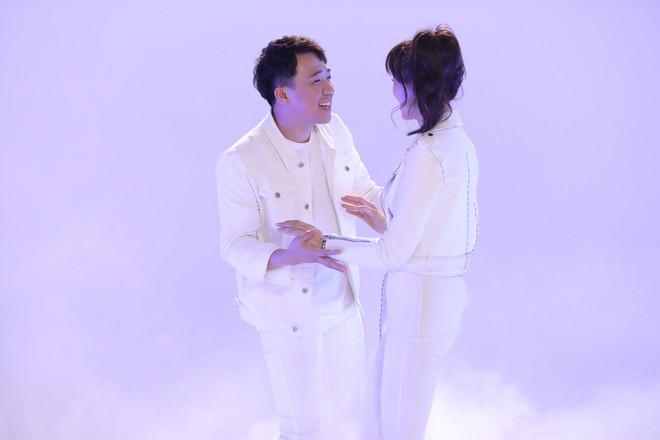Ngọt ngào cảnh Hứa Vĩ Văn nắm chặt tay, hôn má Hoa hậu Kỳ Duyên - Ảnh 5.