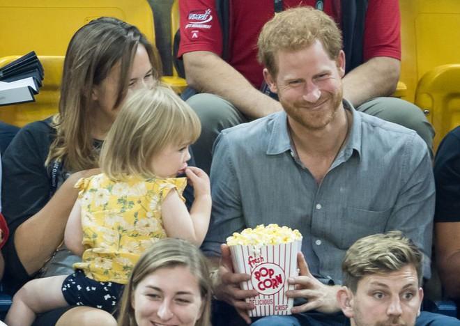 Đám cưới vừa diễn ra được 1 ngày, phóng viên hoàng gia đưa ra tuyên bố bất ngờ về dự định sinh con của Hoàng tử Harry và tân Công nương Meghan - Ảnh 7.