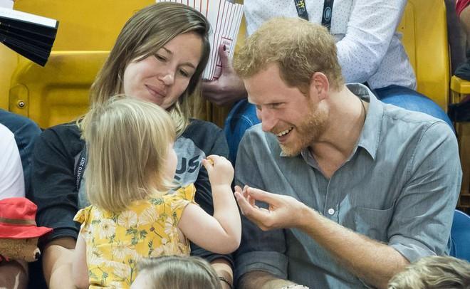 Đám cưới vừa diễn ra được 1 ngày, phóng viên hoàng gia đưa ra tuyên bố bất ngờ về dự định sinh con của Hoàng tử Harry và tân Công nương Meghan - Ảnh 6.