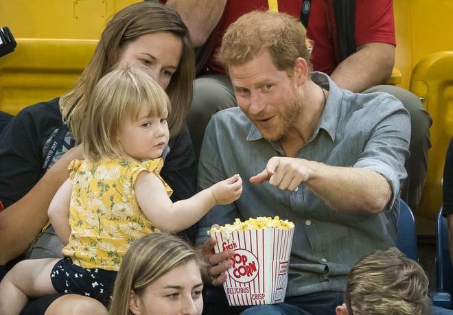 Đám cưới vừa diễn ra được 1 ngày, phóng viên hoàng gia đưa ra tuyên bố bất ngờ về dự định sinh con của Hoàng tử Harry và tân Công nương Meghan - Ảnh 4.