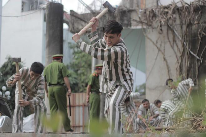 Fan hốt hoảng trước những hình ảnh Hồ Quang Hiếu mặc áo phạm nhân - Ảnh 3.