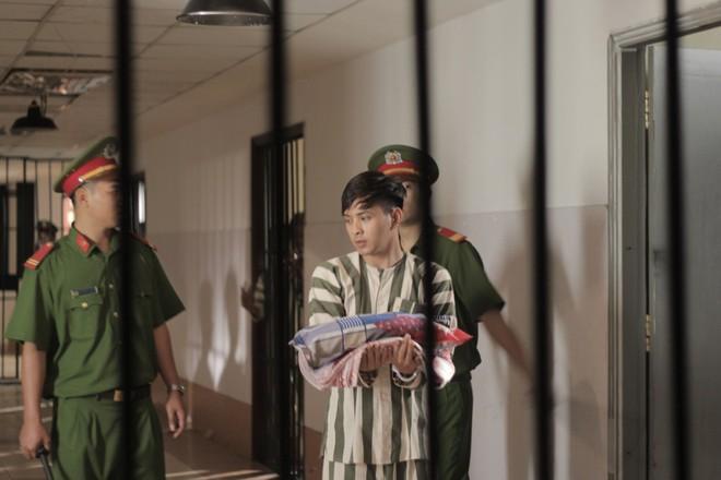 Fan hốt hoảng trước những hình ảnh Hồ Quang Hiếu mặc áo phạm nhân - Ảnh 2.