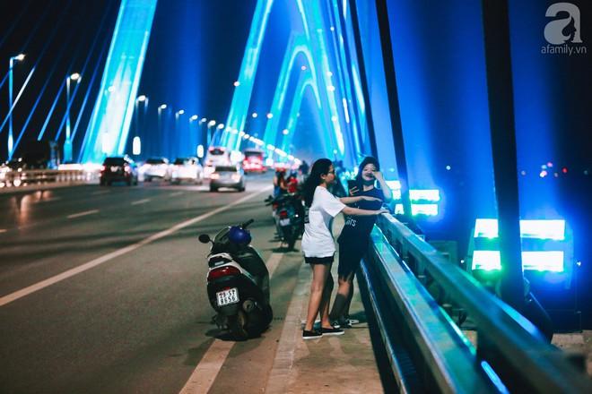 Người dân vô tư vượt lan can, đi ngược chiều để hóng mát trên cầu Nhật Tân - Ảnh 8.