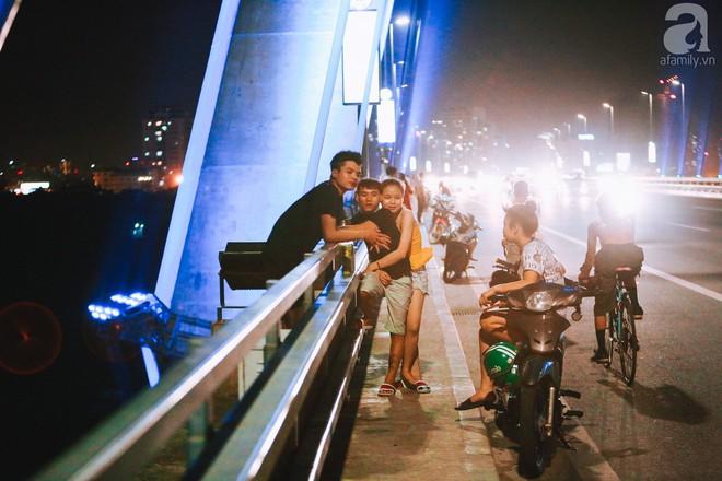 Người dân vô tư vượt lan can, đi ngược chiều để hóng mát trên cầu Nhật Tân - Ảnh 9.