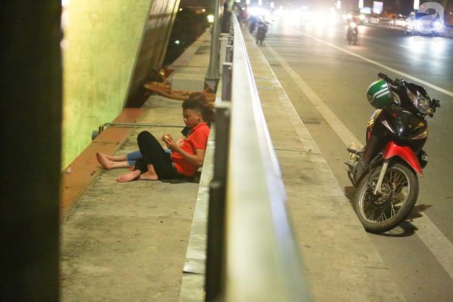 Người dân vô tư vượt lan can, đi ngược chiều để hóng mát trên cầu Nhật Tân - Ảnh 4.