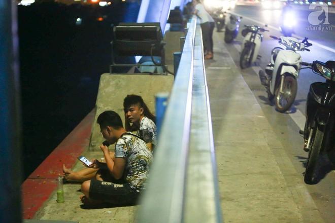 Người dân vô tư vượt lan can, đi ngược chiều để hóng mát trên cầu Nhật Tân - Ảnh 3.