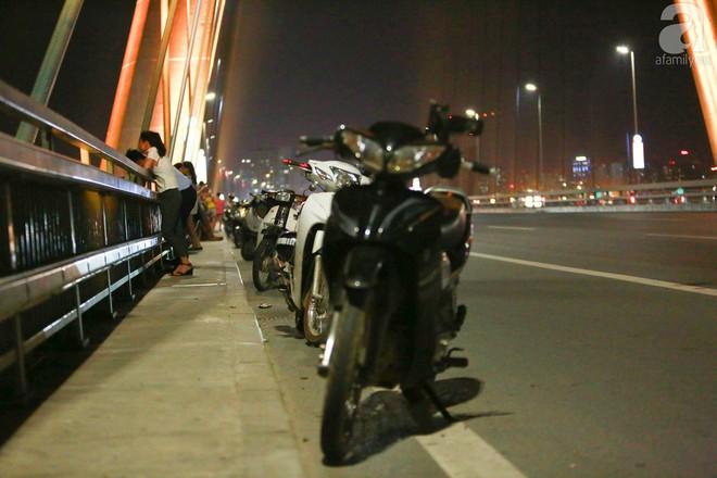 Người dân vô tư vượt lan can, đi ngược chiều để hóng mát trên cầu Nhật Tân - Ảnh 2.