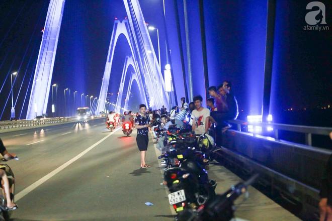 Người dân vô tư vượt lan can, đi ngược chiều để hóng mát trên cầu Nhật Tân - Ảnh 1.