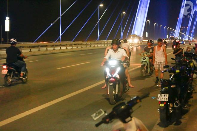 Người dân vô tư vượt lan can, đi ngược chiều để hóng mát trên cầu Nhật Tân - Ảnh 12.