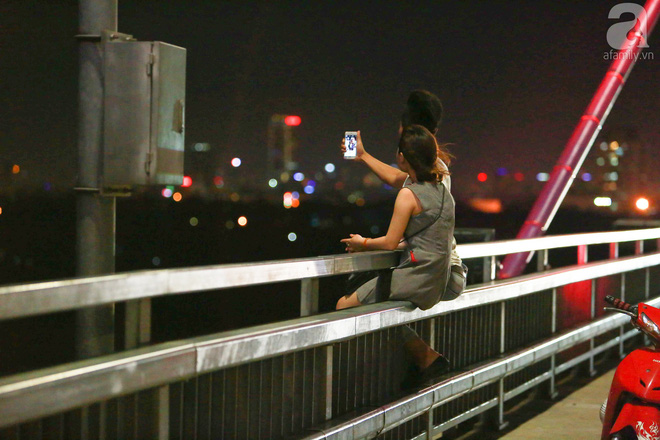 Người dân vô tư vượt lan can, đi ngược chiều để hóng mát trên cầu Nhật Tân - Ảnh 7.