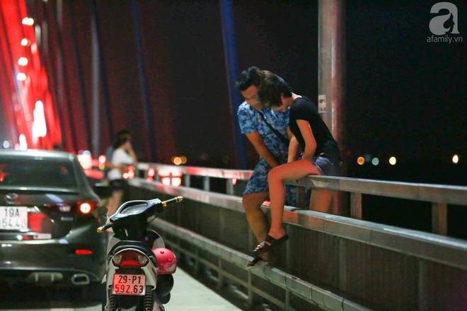 Người dân vô tư vượt lan can, đi ngược chiều để hóng mát trên cầu Nhật Tân - Ảnh 6.