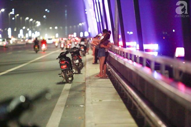 Người dân vô tư vượt lan can, đi ngược chiều để hóng mát trên cầu Nhật Tân - Ảnh 11.