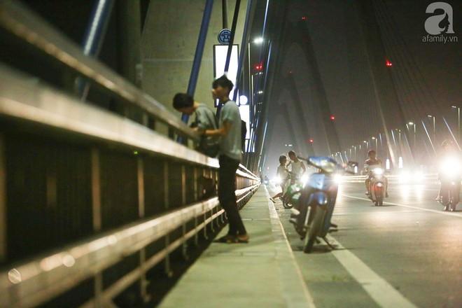Người dân vô tư vượt lan can, đi ngược chiều để hóng mát trên cầu Nhật Tân - Ảnh 5.