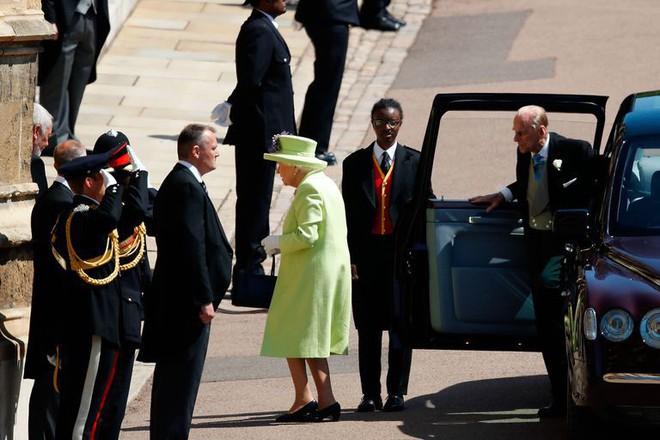 Nếu bạn thắc mắc vì sao Nữ hoàng Elizabeth mặc đồ xanh nõn chuối đến Đám cưới Hoàng gia thì lý do là thế này - Ảnh 1.