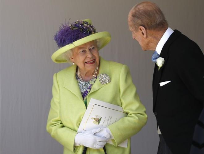 Nếu bạn thắc mắc vì sao Nữ hoàng Elizabeth mặc đồ xanh nõn chuối đến Đám cưới Hoàng gia thì lý do là thế này - Ảnh 2.