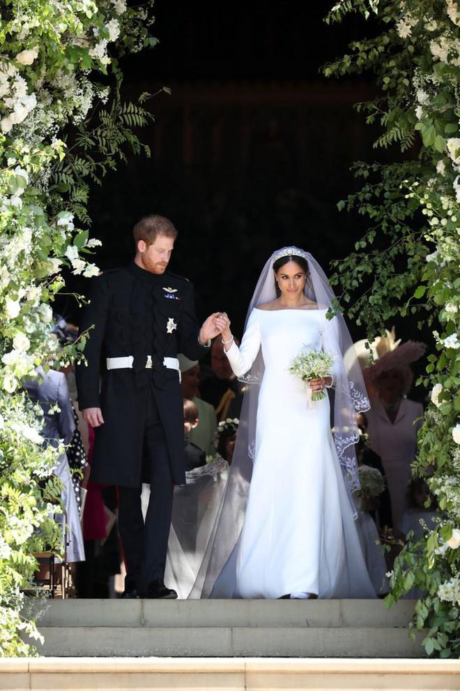 Đến váy cưới cũng giống nhau đến kỳ lạ, Meghan Markle đích thị là Công chúa Lọ Lem của đời thực - Ảnh 1.