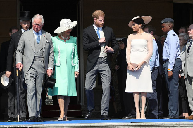 Tân công nương Meghan diện đầm trơn trang nhã, khoe vai trần nhẹ nhàng dự sự kiện Hoàng gia đầu tiên sau lễ cưới - Ảnh 8.