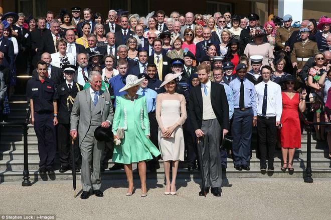 Tân công nương Meghan diện đầm trơn trang nhã, khoe vai trần nhẹ nhàng dự sự kiện Hoàng gia đầu tiên sau lễ cưới - Ảnh 9.