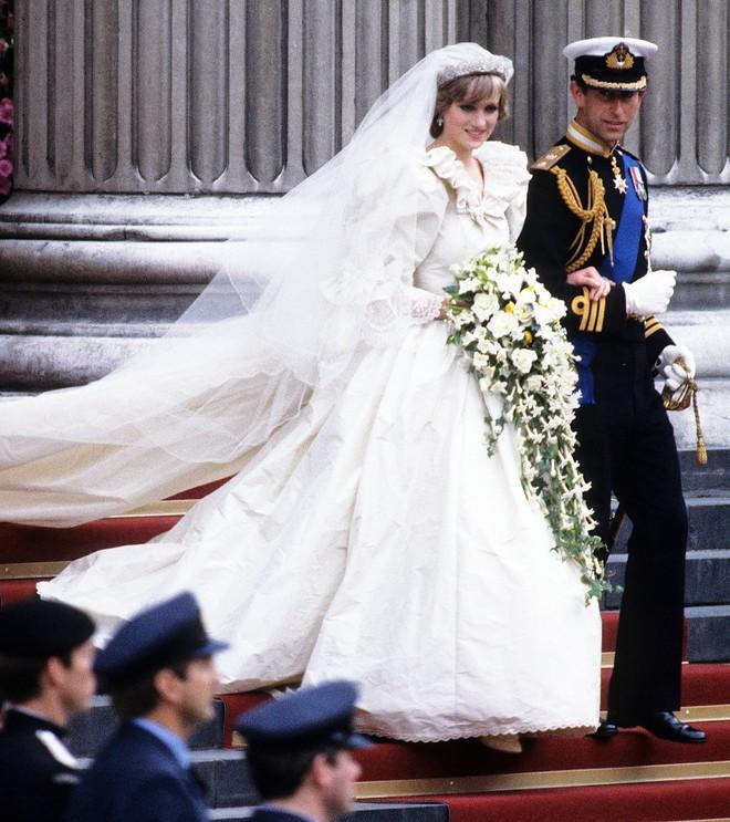 Ít ai biết rằng váy cưới của Công nương Diana từng kém hoàn hảo vì lí do này - Ảnh 2.