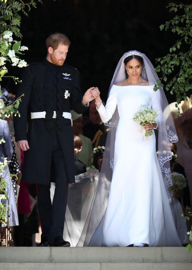 Váy cưới của Meghan Markle trong hôn lễ với người chồng đầu và váy cưới hiện tại: cả một sự lên đời ngoạn mục - Ảnh 1.